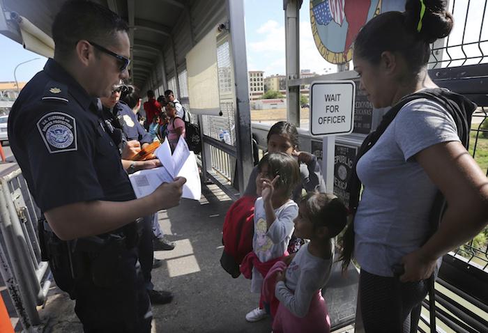 """migrantes nl dos - """"Nos han dejado aquí tirados"""", dicen migrantes devueltos de EU y abandonados en Monterrey"""