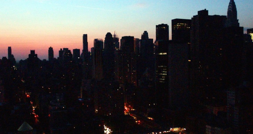 nueva york quedo a oscuras   c4jx6zl6h 1256x620  1 - Luego de horas sin luz, se restablece la electricidad en Manhattan. El apagón afectó 72 mil personas