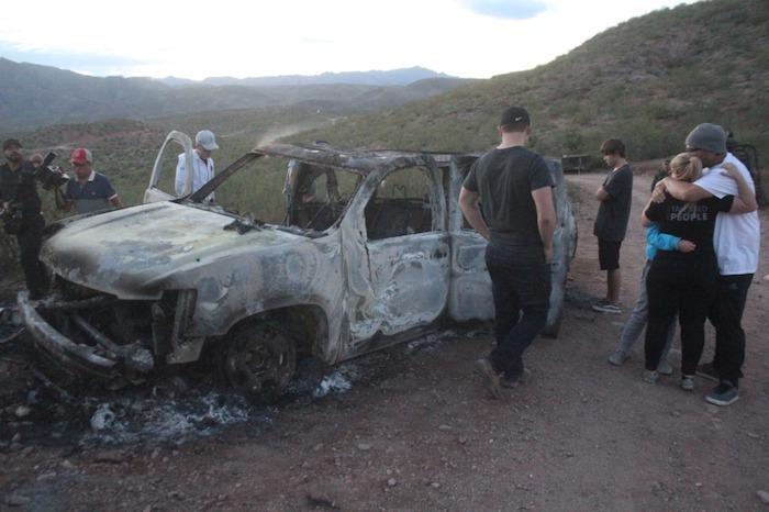 Miembros del Ejército y parientes de la familia LeBarón en el sitio donde fueron atacados miembros de esta familia.