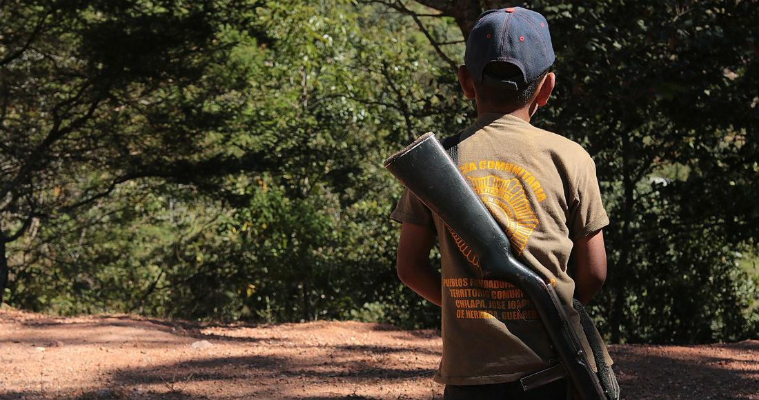 Fotografía fechada el 14 de enero de 2020, que muestra a un niño con un arma mientras vigila la zona serrana de su población, en la comunidad de Alcozacán, en el estado de Guerrero (México). Foto: José Luis de la Cruz, EFE