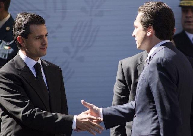 Emilio Lozoya da la mano a Peña Nieto. Foto: Cuartoscuro