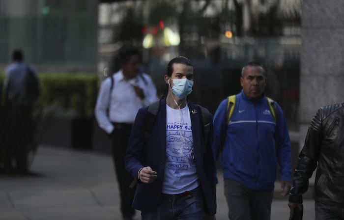Un hombre usa mascarilla para prevenir el contagio por el nuevo coronavirus en la Ciudad de México, el viernes 28 de febrero de 2020. Foto: Fernando, AP
