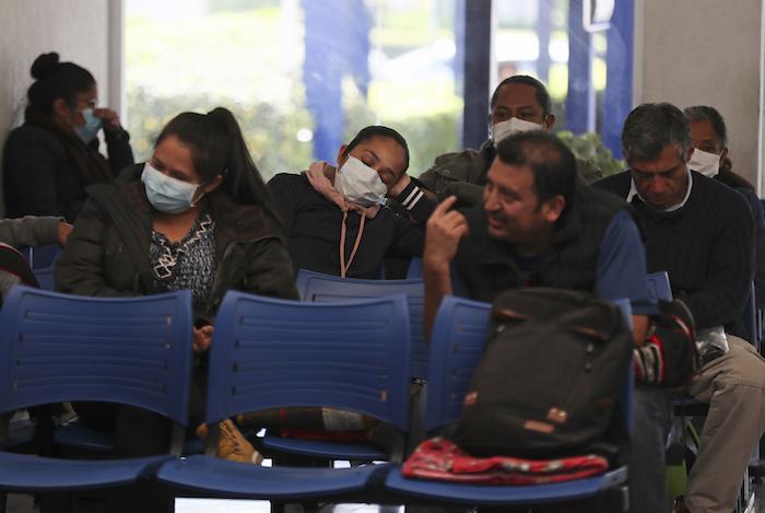 Algunas personas con mascarillas esperan su turno en el Instituto Nacional de Enfermedades Respiratorias, en la Ciudad de México, el viernes 28 de febrero de 2020. Foto: Fernando Llano, AP