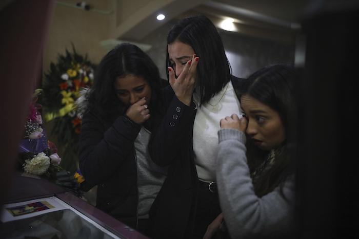 Allegadas a la mujer asesinada Marbella Valdez lloran ante su ataúd durante su funeral en una funeraria de Tijuana, México, el viernes 14 de febrero de 2020. Foto: Emilio Espejel, AP