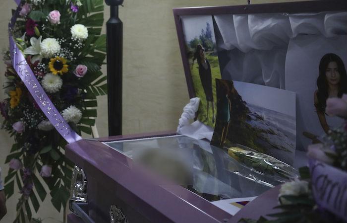 Flores y fotografías decoran el ataúd abierto de la mujer asesinada Marbella Valdez durante su funeral en una funeraria de Tijuana, México, el jueves 13 de febrero de 2020. Foto: Emilio Espejel, AP