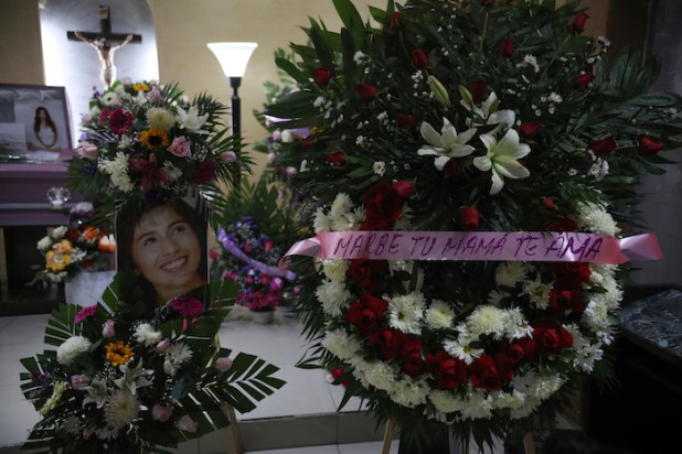 """Una fotografía de la mujer asesinada Marbella Valdez se muestra junto a una corona de flores con el texto """"Marbe, tu mamá te ama"""", junto a su ataúd durante el funeral en una funeraria de Tijuana, México, el jueves 13 de febrero de 2020. Foto: Emilio Espejel, AP"""