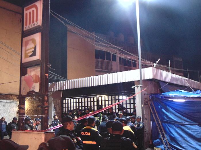 Policías de la Ciudad de México resguardan las inmediaciones del Metro Tacubaya. Foto: Carlos Vargas, SinEmbargo