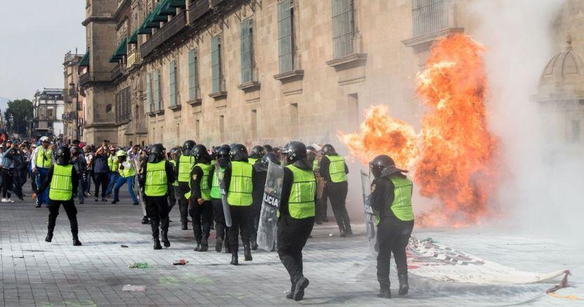 fgjcdmx investiga bomba molotov - Mujer policía resulta herida con quemadura en el rostro durante marcha en el Día Internacional de la Mujer - #Noticias