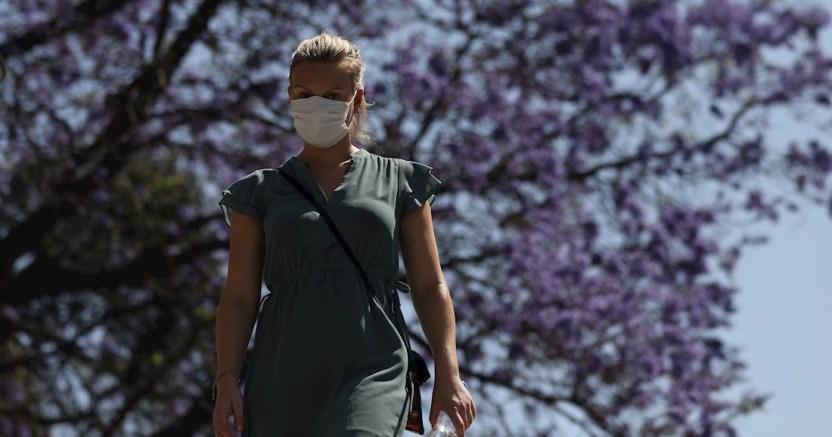 mujer coronavirus 2 - Conforme aumentan los casos de coronavirus, también lo hacen los delitos relacionados con la enfermedad