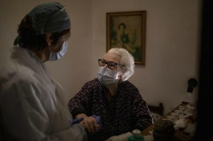 1 11 - FOTOS: El COVID-19 despoja de las redes de seguridad social a los adultos mayores en España