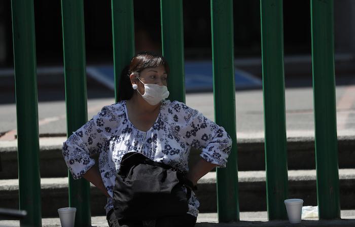 Una pariente de un enfermo espera afuera de un hospital público que está tratando a personas infectadas con el nuevo coronavirus, en la Ciudad de México, el sábado 11 de abril de 2020.