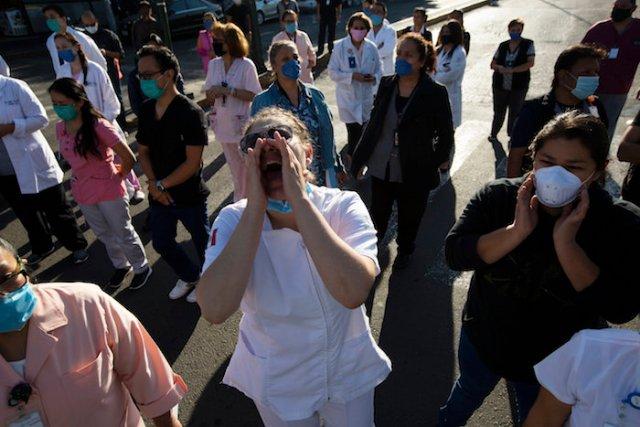 Trabajadores de salud exigen equipo de protección durante una protesta afuera de un hospital público en la Ciudad de México, el lunes 13 de abril de 2020.