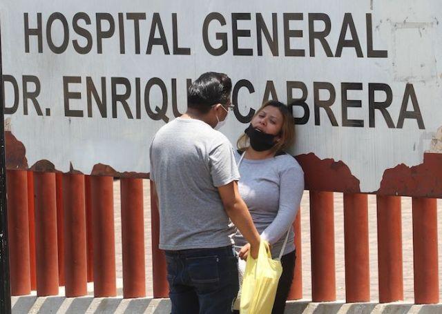 Familiares de pacientes y servicios funerarios a las afueras del Hospital Cabrera en la Ciudad de México.
