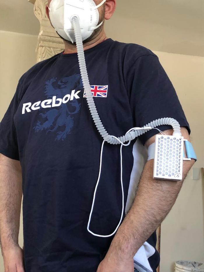 Un hombre con filtro de aire que teme a la COVID-19.