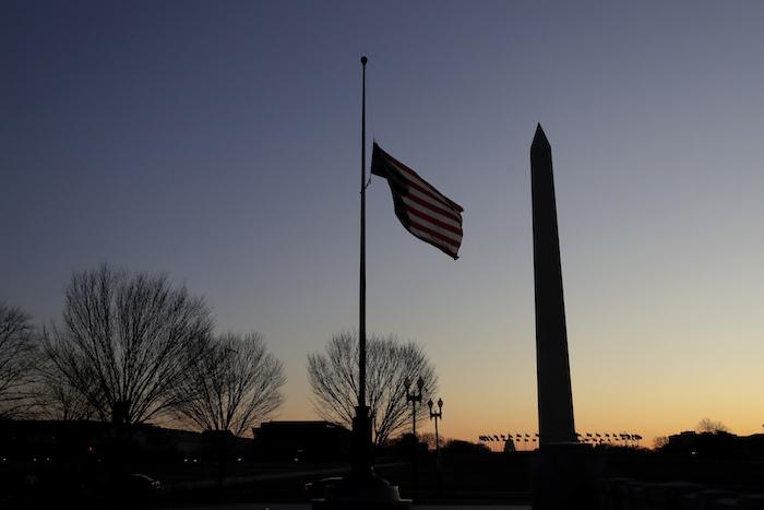 Una bandera de EU ondea al revés al soltarse uno de sus extremos en un monumento conmemoratorio de la Segunda Guerra Mundial en Washington el 19 de diciembre del 2019.