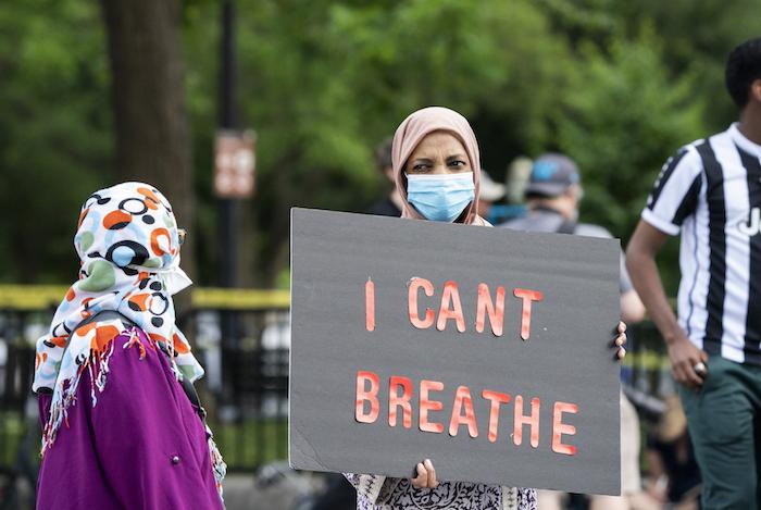 Manifestantes se reúnen para protestar contra la muerte de George Floyd cerca de la Casa Blanca en Washington, el sábado 30 de mayo de 2020.