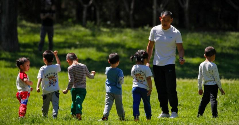 ninos juegan parque - Bélgica inicia sistema de rastreo de posibles contagios de COVID-19; ya identificó a más de tres mil