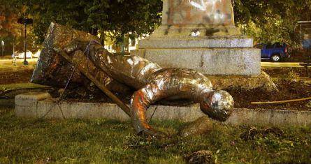 Una estatua del Monumento Richmond Howitzers, en Richmond, Virginia, en el piso tras ser derribada el 16 de junio de 2020, en Virginia.