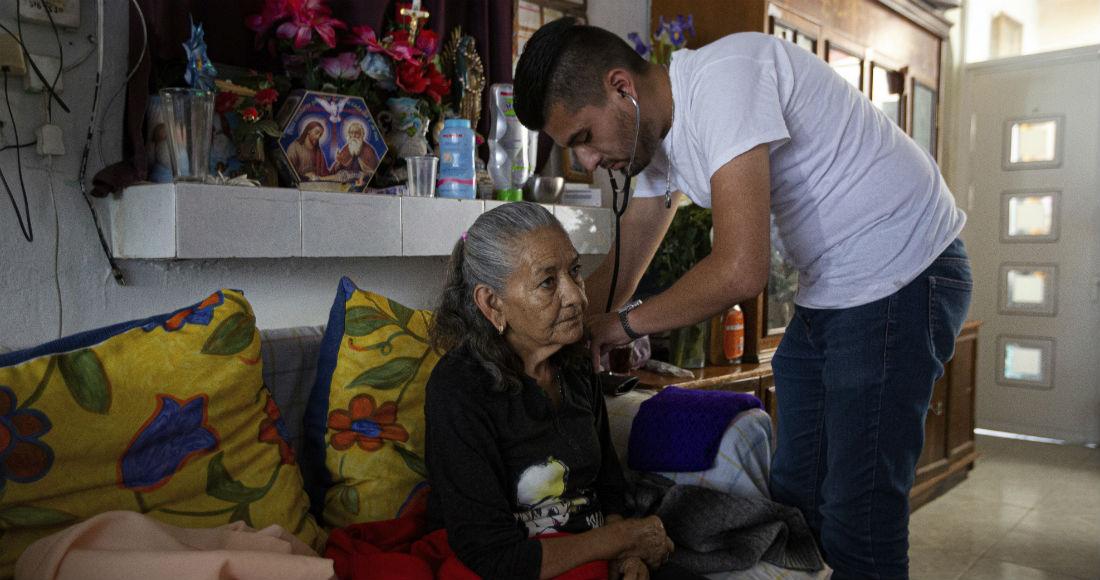 El doctor Juan Antonio Salas escucha los pulmones de la sobreviviente de COVID-19 Cleotilde Borja durante una visita de seguimiento en su casa en la Ciudad de México, el viernes 5 de junio de 2020.