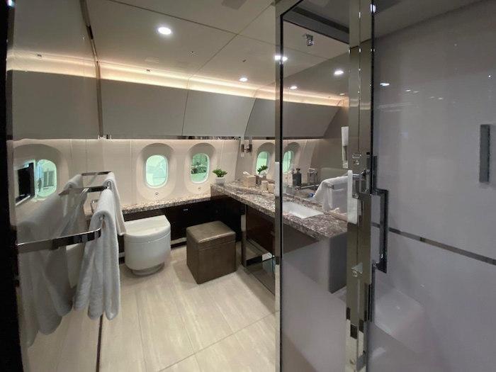 La aeronave también cuenta con un baño.