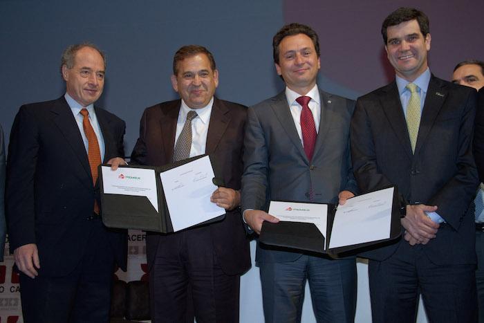 Emilio Lozoya y Alonso Ancira en la firma de un acuerdo con la Canacero.