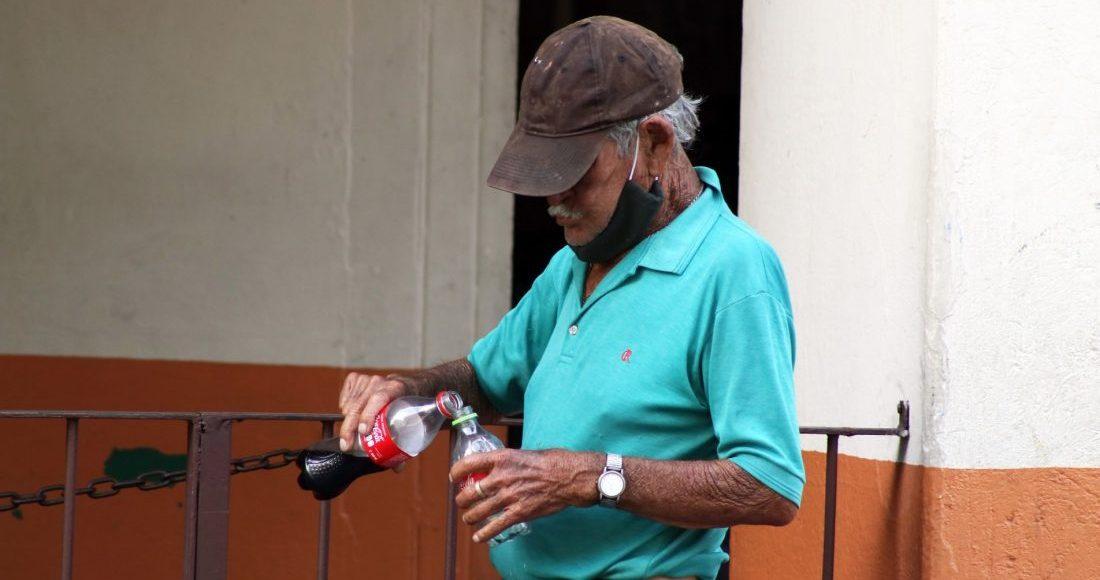 anciano-refresco-coca-cola