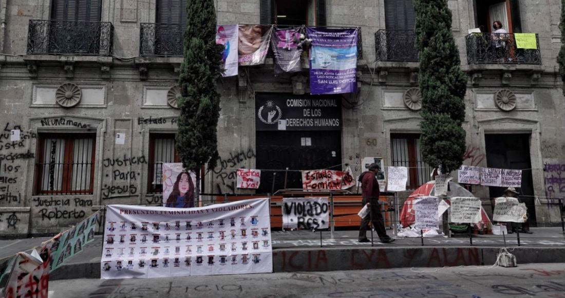 """El Presidente Andrés Manuel López Obrador opinó que la protesta de mujeres en la Comisión Nacional de Derechos Humanos (CNDH) lo está magnificando lo que él llama """"prensa conservadora""""."""