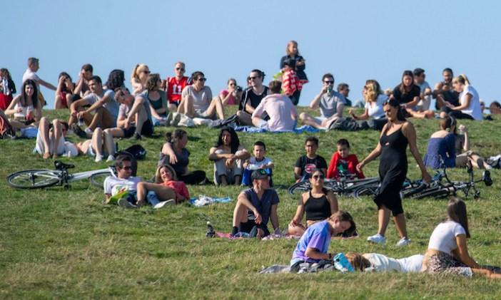 La gente disfruta del parque Primrose Hill de Londres el 13 de septiembre del 2020.