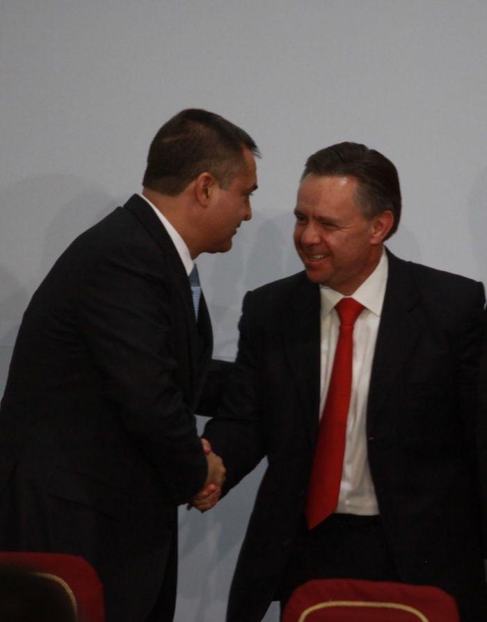 Genaro García Luna, entonces titular de Seguridad Pública, y Eduardo Medina Mora, extitular de la Procuraduría General de la República durante la ceremonia para conmemorar el Día Internacional de la Lucha contra el Uso Indebido y el Tráfico Ilícito de Drogas, celebrada en 2009.