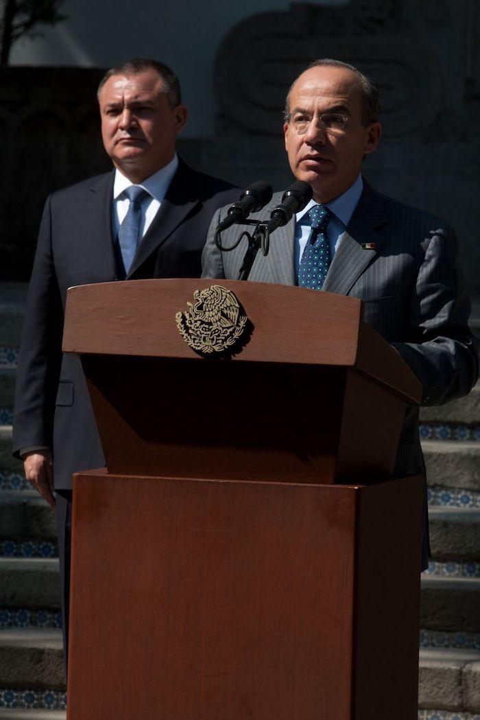 Genaro García Luna, exsecretario de Seguridad Pública, y Felipe Calderón Hinojosa, expresidente de México, durante el mensaje sobre la publicación de la ley general para prevenir y sancionar los delitos en materia de secuestro, en 2010.