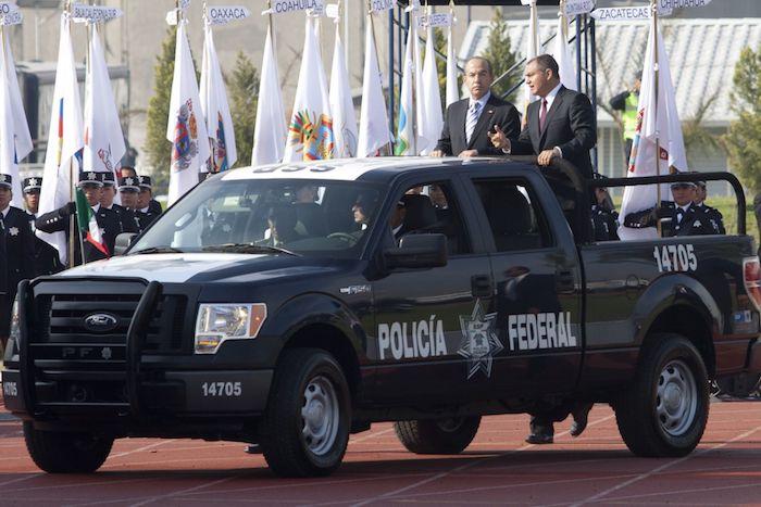 Genaro García Luna y Felipe Calderón Hinojosa, expresidente de México, durante la ceremonia del Día del Policía en el Centro del Mando de la Policía Federal, en 2012.