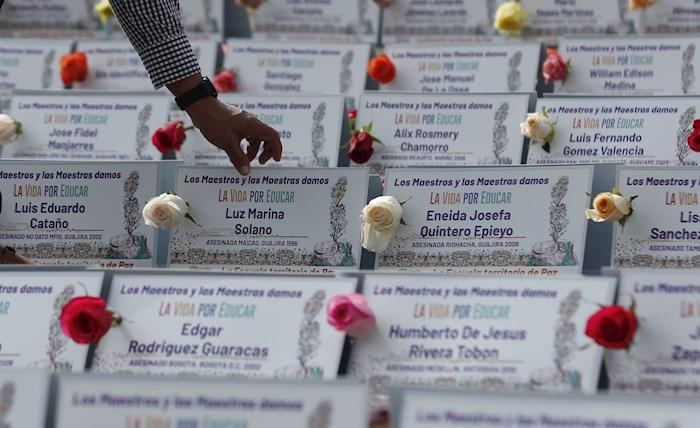La Federación Colombiana de Trabajadores de la Educación (FECODE) homenajea a los mil 200 maestros asesinados en sus regiones desde 1985. Foto: Mauricio Dueñas Castañeda, EFE