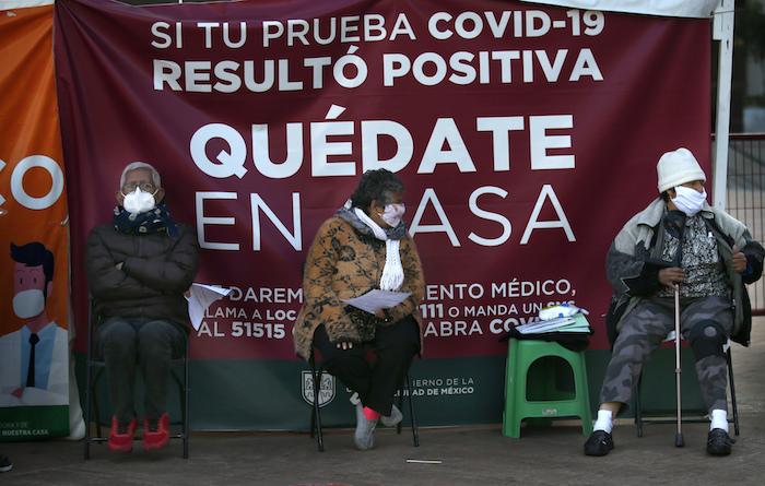Los adultos esperan hacerse la prueba de COVID-19 en una carpa de la Alcaldía de Cuauhtémoc en la Ciudad de México, el miércoles 6 de enero de 2021.