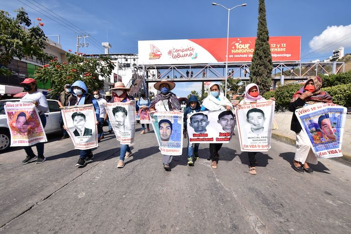 Los padres de los 43 normalistas desaparecidos de Ayotzinapa durante una marcha en Guerrero.