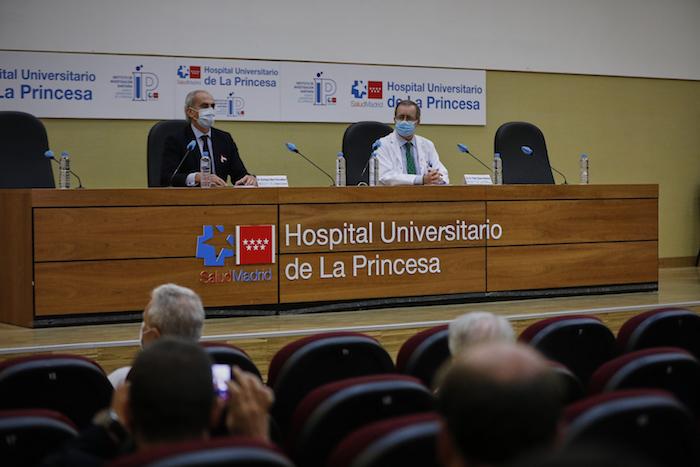 (I-D) El consejero de Sanidad, Enrique Ruiz Escudero; y el Gerente del Hospital Universitario de La Princesa, Fidel Illana Robles, durante la presentación de los resultados preliminares del ensayo de Fase II APLICOV contra el coronavirus de la compañía farmacéutica española PharmaMar, en el Hospital Universitario de La Princesa, Madrid (España) a 19 de octubre de 2020.