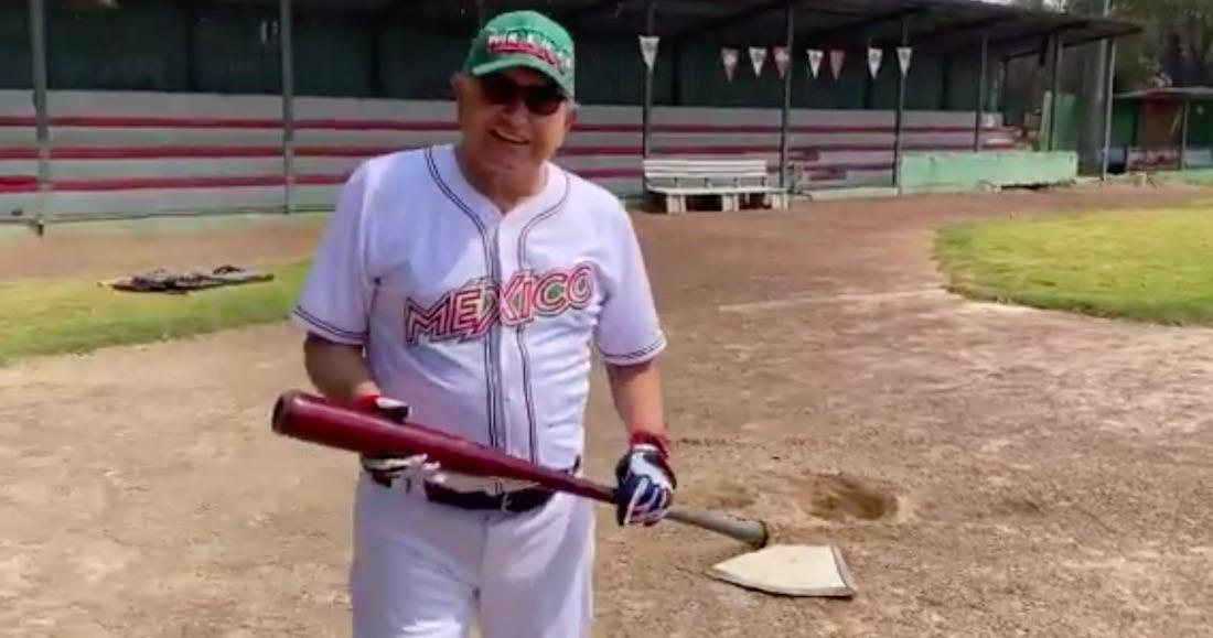 Foto AMLO jugando béisbol.