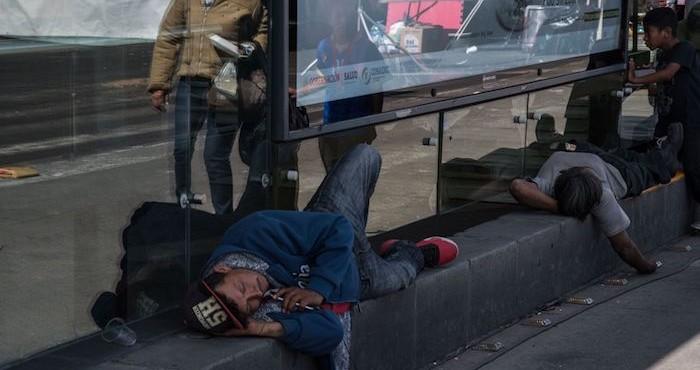 Dos hombres toman un descanso al exterior de la estación San Lázaro del Metrobús.
