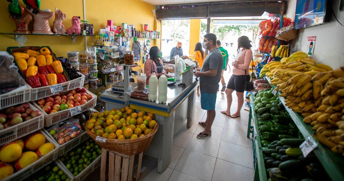 Personas hacen compras en un supermercado en Brasilia (Brasil).