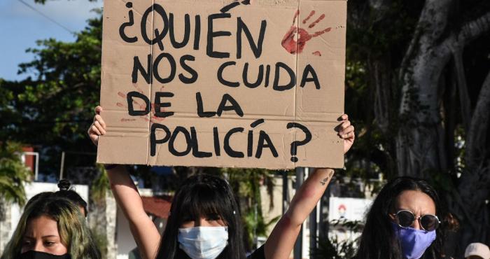 Mujeres exigen justicia por los feminicidios de la Victoria Salazar, cuando era arrestada violentamente por policías; y por el asesinato de Karla, conductora de taxi brutalmente asesinada en Holbox.