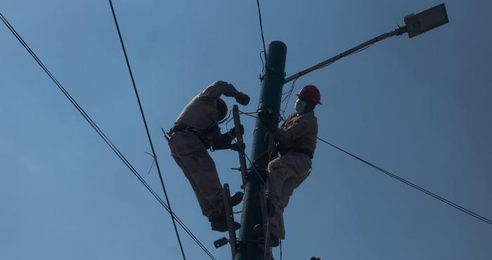 Trabajadores de la CFE reparan el servicio eléctrico en Iztapalapa.