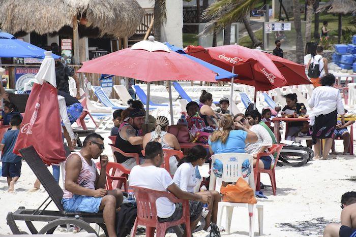 Playa Gaviota Azul, en Cancún, ante la llegada de cientos de vacacionistas tanto nacionales y extranjeros en Semana Santa.