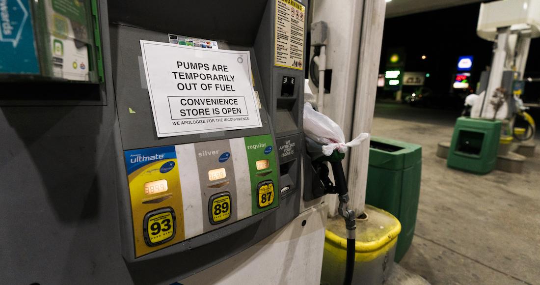 Foto de gasolinera de eu con un cartel en el que anuncia que no hay combustible