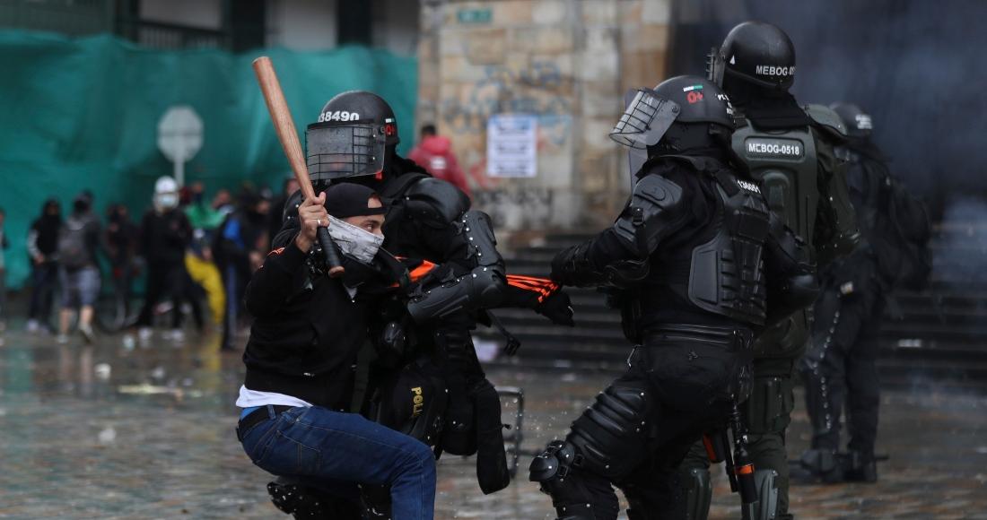 Un manifestante se enfrenta a la policía durante una protesta.