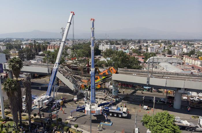 Imagen tomada con un dron del 4 de mayo de 2021 de grúas laborando en el sitio donde colapsó la estructura de un tramo elevado del Metro de la Línea 12 causando el desplome de los vagones de un tren, en la Ciudad de México, capital de México.