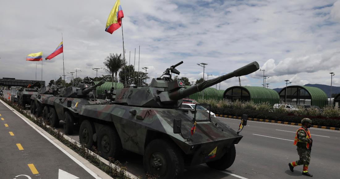 Soldados y tanques del ejército vigilan las casetas de peaje para evitar que los manifestantes las dañen, en las afueras de Bogotá, Colombia, el martes 4 de mayo de 2021.