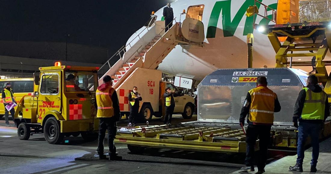 El desembarque de 114 mil 660 dosis de Pfizer en el Aeropuerto Internacional de la Ciudad de México (AICM).