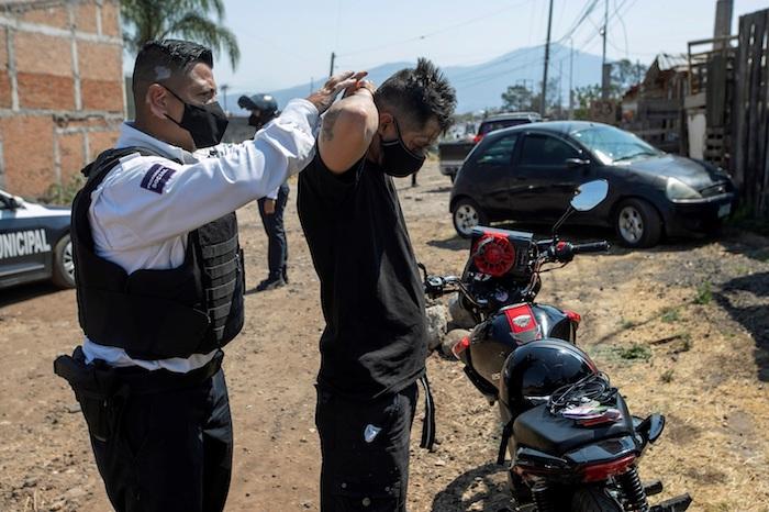 Fotografía de la revisión de un hombre en busca de armas en un operativo de vigilancia del Ejército Mexicano y la Policía Municipal, el 04 de mayo de 2021, en Morelia, Michoacán (México).
