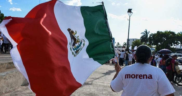 Bandera de México y playera de Morena.