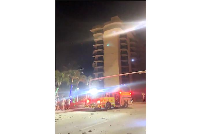 En esta imagen extraída de un video, equipos de bomberos en el lugar un edificio destruido en Surfside, Miami, Florida, el jueves 24 de junio de 2021.