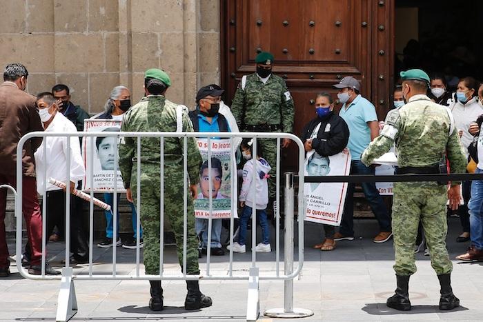 Padres de los 43 jóvenes desaparecidos de Ayotzinapa salen del Palacio Nacional, luego de una reunión con el Presidente de México, Andrés Manuel López Obrador, en la Ciudad de México.